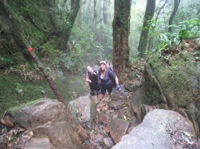 O André e a sua mãe fazendo trilha no morro do Marumbi, Paraná. Eles adoram fazer caminhadas, acampar e tomar banho de rio!
