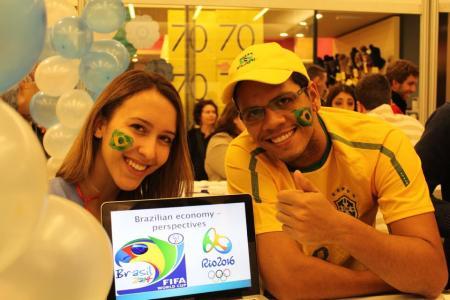 O Léo representando o Brasil em um congresso de liderança jovem no exterior.