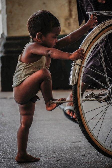 Garoto na bicicleta
