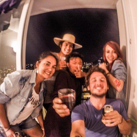 O Leonardo com amigos da viagem, em Santiago no Chile.